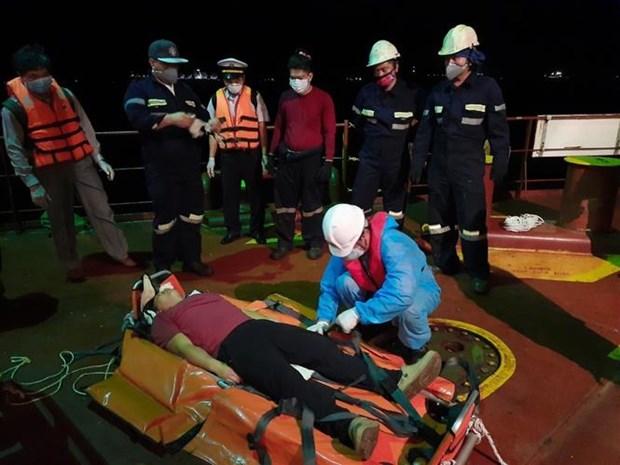 越南搜救力量功抢救海上遇险的菲律宾船员 hinh anh 1