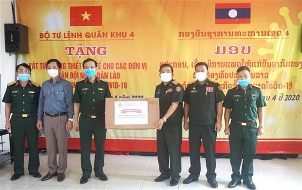 国防部第四军区司令部向老挝人民军队捐赠防疫医疗物资 hinh anh 1