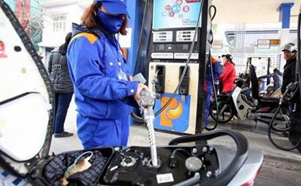 越南汽油零售价降至1.1万越盾以下 hinh anh 1