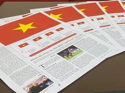 国家统一45周年:利用报纸制作特殊国旗 hinh anh 1