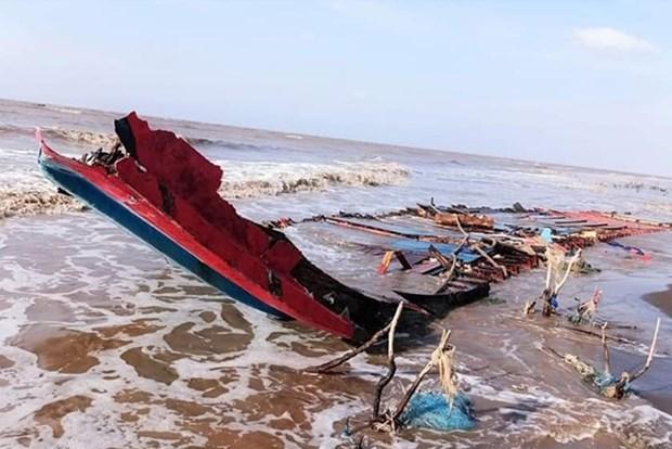 越南成功救助在朔庄省海域遇险的三名印尼船员 hinh anh 1