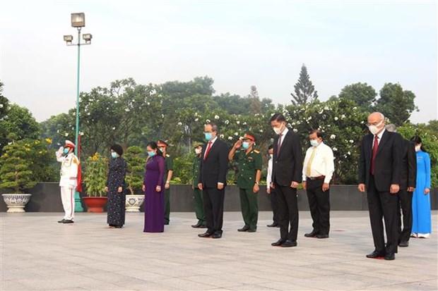 国家统一45周年:胡志明市领导上香缅怀英雄烈士 hinh anh 2