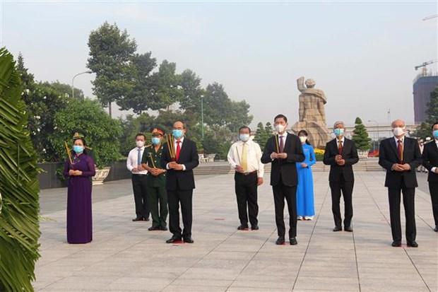 国家统一45周年:胡志明市领导上香缅怀英雄烈士 hinh anh 1