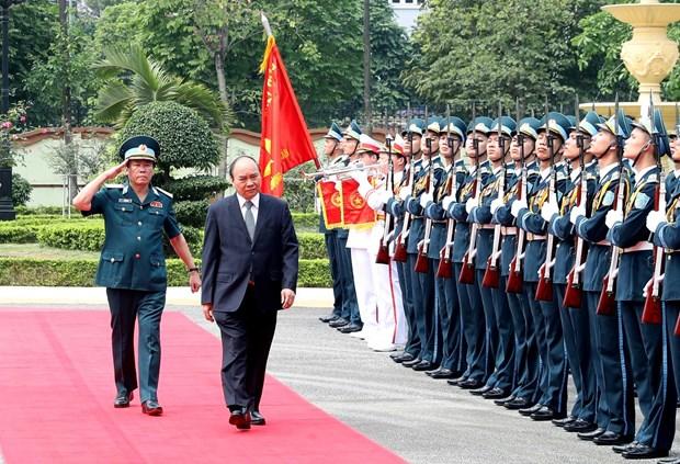 政府总理阮春福走访越南防空空军军种司令部 hinh anh 1
