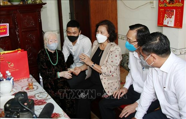 国会主席阮氏金银走访慰问胡志明市英雄母亲和武装力量英雄 hinh anh 1