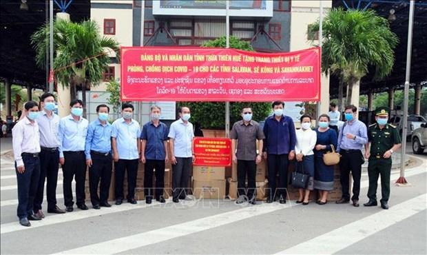 承天顺化省向老挝沙湾拿吉省提供医疗设备和物资 hinh anh 1