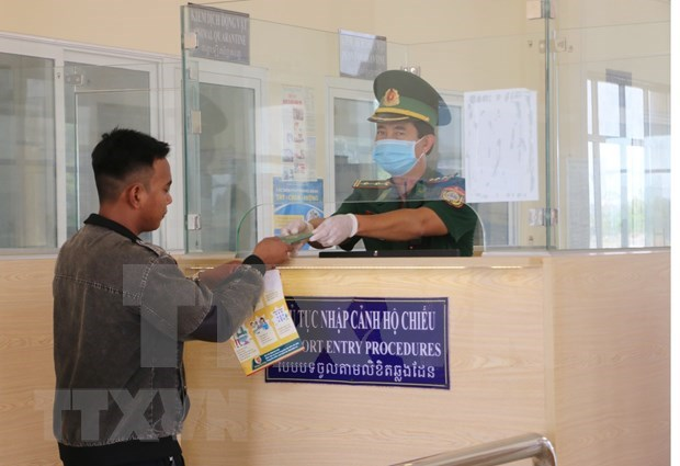 新冠肺炎疫情:老挝政府为越南公民回国创造便利 hinh anh 1