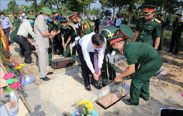 广治省为16具在老挝牺牲越南烈士的遗骸举行追悼会和安葬仪式 hinh anh 2