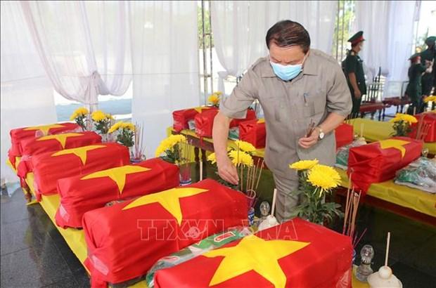 广治省为16具在老挝牺牲越南烈士的遗骸举行追悼会和安葬仪式 hinh anh 1