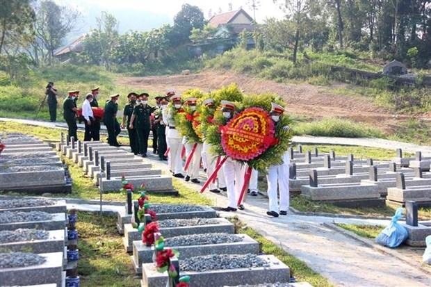 承天顺化省为15具在老挝牺牲的越南烈士遗骸举行追悼会和安葬仪式 hinh anh 1