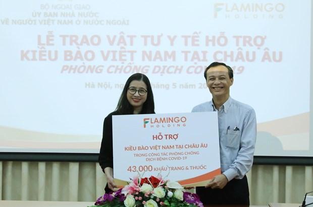 越南国内组织和个人向旅居欧洲越南人赠送疫情防控所需医疗物资 hinh anh 1