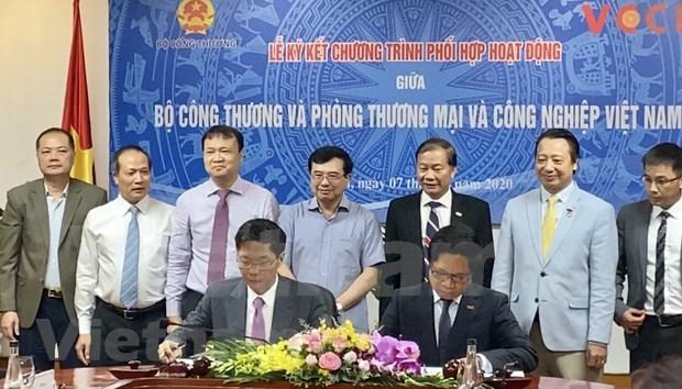 越南工贸部与越南工商会加强合作促进出口市场的互联互通 hinh anh 1