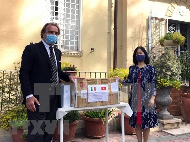 新冠肺炎疫情:越南驻意大利大使馆助力当地政府抗击疫情 hinh anh 1