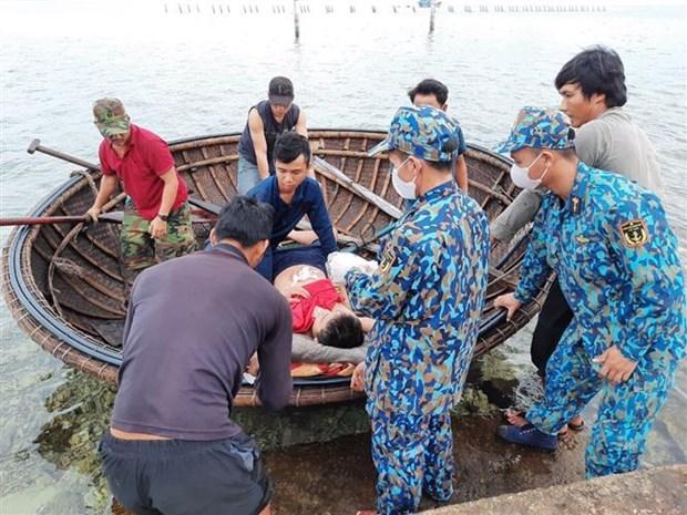 仙女岛军医力量及时救治在海上遇险的渔民 hinh anh 1