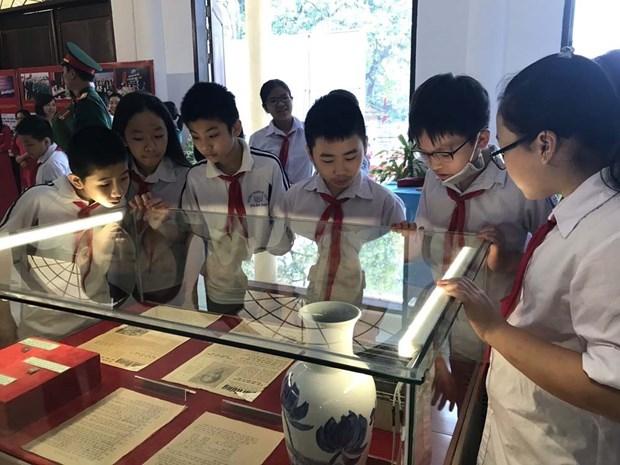 胡志明主席诞辰130周年:越南多地举办关于胡伯伯和革命战士的图片资料展活动 hinh anh 2
