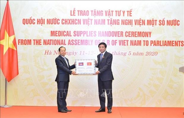 越南国会向世界多国议会捐赠医疗物资 hinh anh 1
