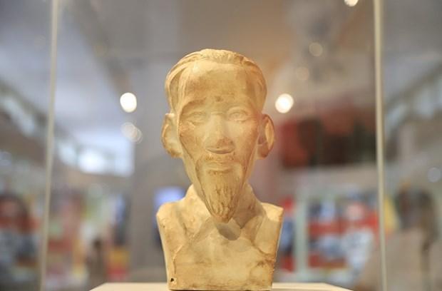 胡志明主席诞辰130周年:由昆岛监狱里的共产主义战士暗藏的胡志明主席半身雕像首次对外展出 hinh anh 1