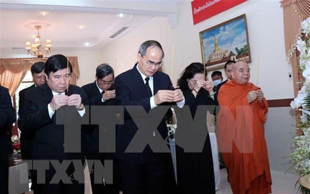 越南党和国家出席原老挝总理西沙瓦·乔本潘大将吊唁仪式 hinh anh 3