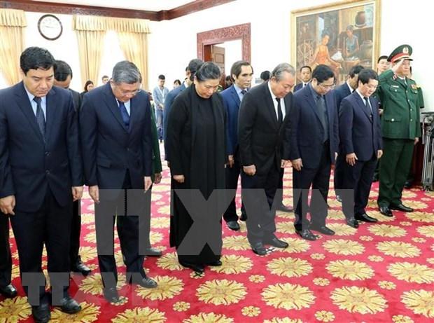 越南党和国家出席原老挝总理西沙瓦·乔本潘大将吊唁仪式 hinh anh 1