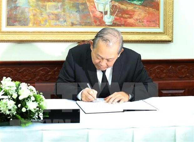 越南党和国家出席原老挝总理西沙瓦·乔本潘大将吊唁仪式 hinh anh 2