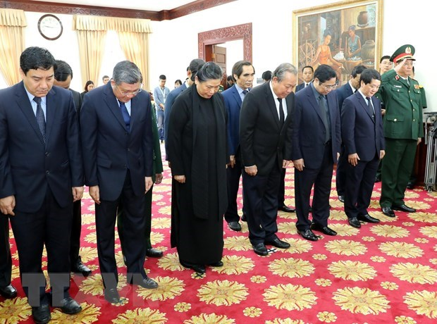 越南党和国家领导代表团来到老挝驻越南大使馆吊唁原老挝总理西沙瓦·乔本潘大将 hinh anh 1