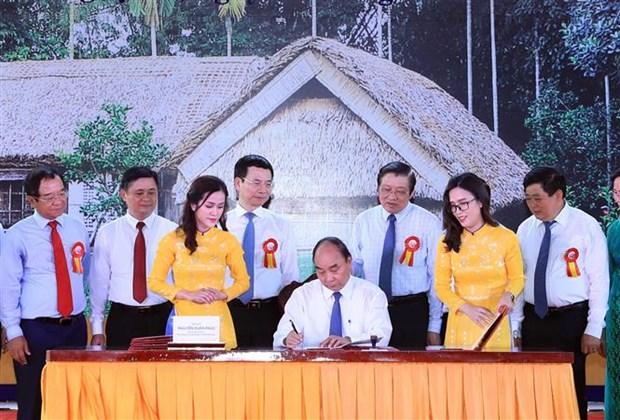 越南政府总理签发纪念胡志明主席诞辰130周年的邮票 hinh anh 1