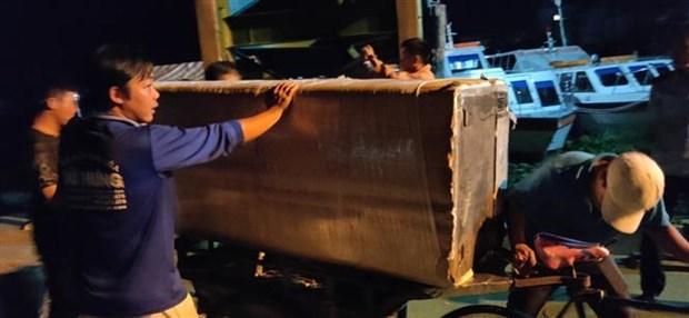 安江省公安力量扣押装满从柬埔寨走私的旧制冷家电的船只 hinh anh 2
