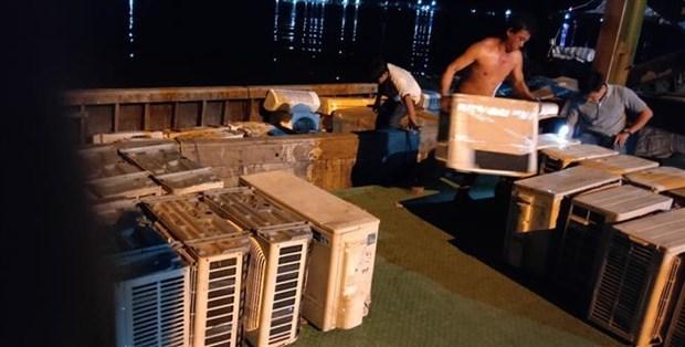 安江省公安力量扣押装满从柬埔寨走私的旧制冷家电的船只 hinh anh 1