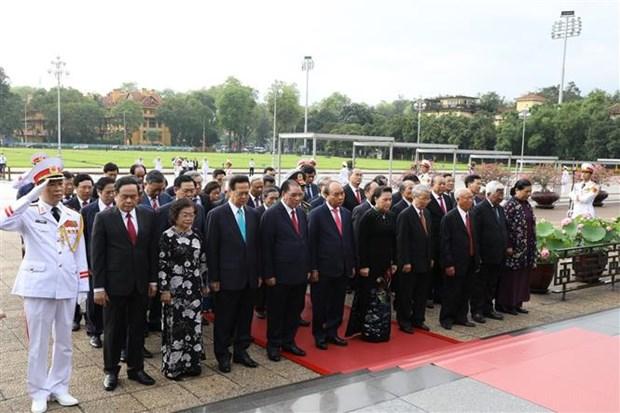 胡志明主席诞辰130周年:党和国家领导拜谒胡志明主席陵 hinh anh 1