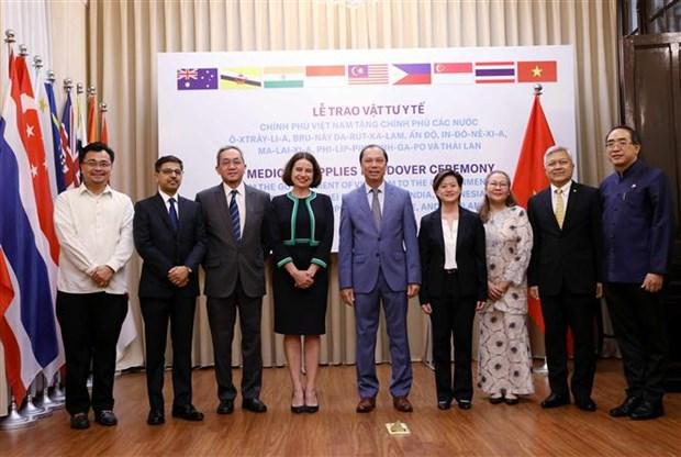 越南象征性地将防疫物资移交给8个国家 hinh anh 1
