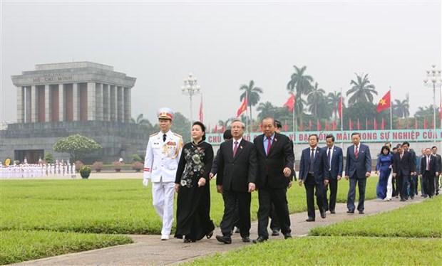 胡志明主席诞辰130周年:国会代表在出席第九次会议前夕拜谒胡志明主席陵 hinh anh 2