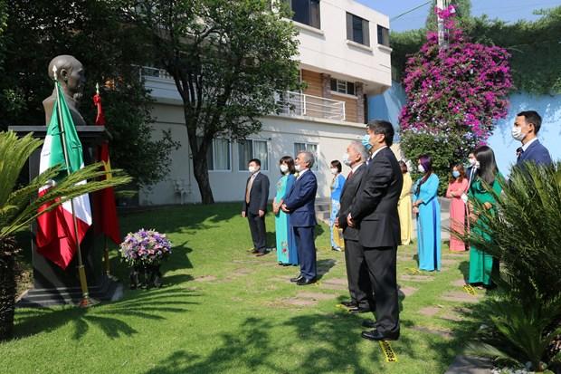 胡志明主席诞辰130周年:越南驻墨西哥大使馆举行向胡志明主席雕像上香仪式 hinh anh 1
