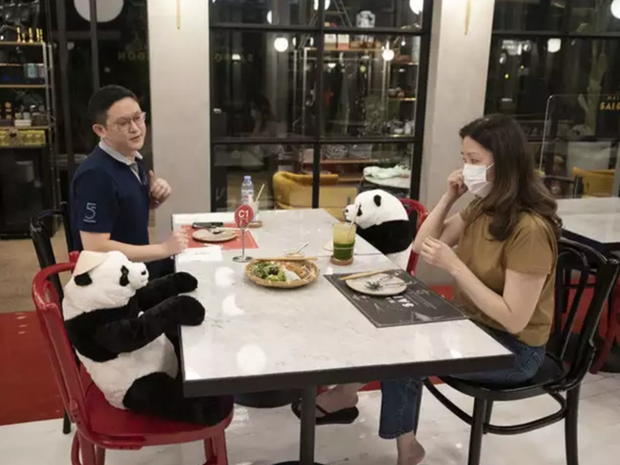 在泰国的越南餐厅采用创新的隔离式就餐办法 hinh anh 1