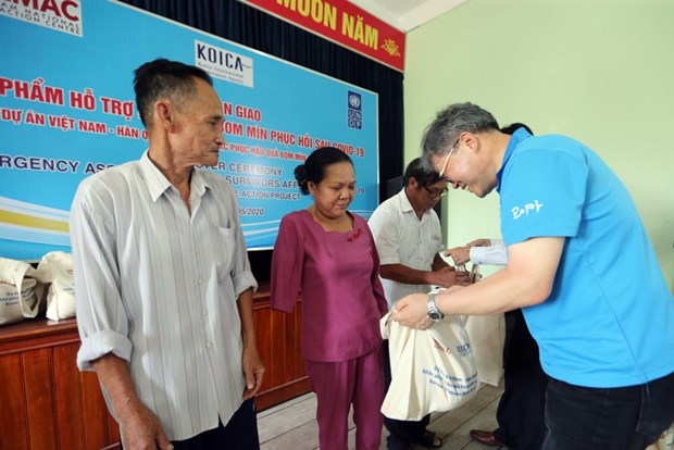 广平和平定两省地雷受害者获得应对新冠肺炎疫情的援助 hinh anh 2