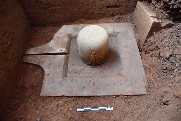 在美山世界文化遗迹群中发掘出一块由整个石头制成的林迦和约尼石雕 hinh anh 1