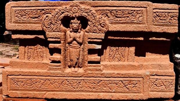 在美山世界文化遗迹群中发掘出一块由整个石头制成的林迦和约尼石雕 hinh anh 2