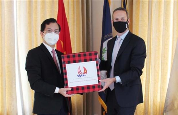 越南驻美国大使馆向美国国际开发金融公司捐赠口罩 hinh anh 1