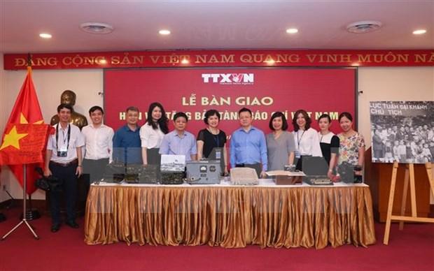 越南革命新闻日95周年:越通社向越南新闻博物馆移交传统实物 hinh anh 2