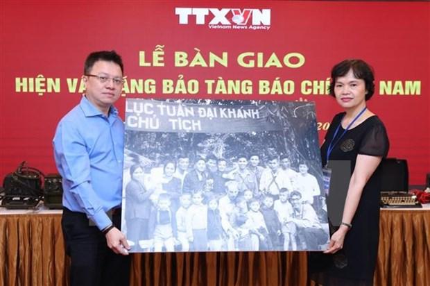 越南革命新闻日95周年:越通社向越南新闻博物馆移交传统实物 hinh anh 1