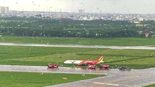 越捷航空飞机降落时滑出跑道 数百个航班受影响 hinh anh 2