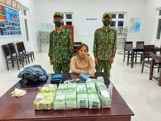 越南边防部队成功摧毁一跨国贩毒团伙 收缴31公斤冰毒 hinh anh 1