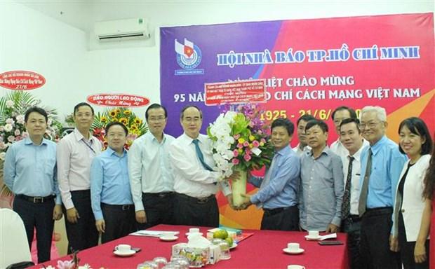 胡志明市领导人走访新闻媒体机构祝贺越南革命新闻日95周年 hinh anh 1