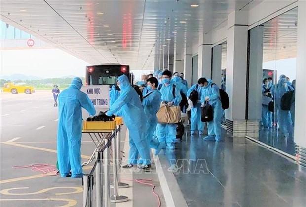 云屯国际航空港迎接载有150名日本专家的航班 hinh anh 1