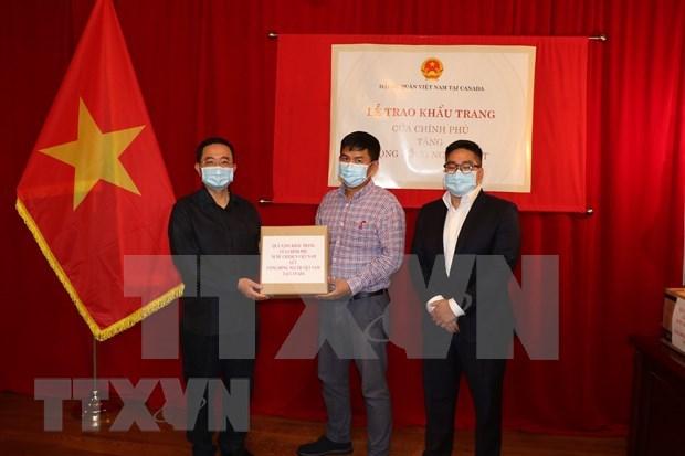 越南驻加拿大大使馆向旅居加拿大越南人赠送5万只口罩 hinh anh 1