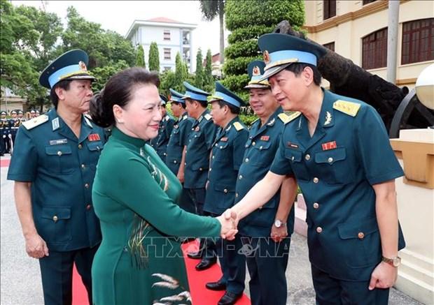 国会主席阮氏金银视察防空空军军种 hinh anh 2