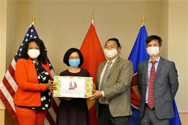 越南驻美国大使馆向美国首都华盛顿赠送口罩 hinh anh 1