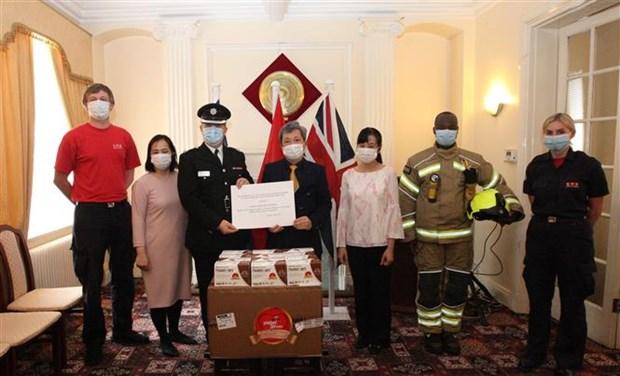 越南向英国和爱尔兰等国捐赠数十万只口罩 hinh anh 1