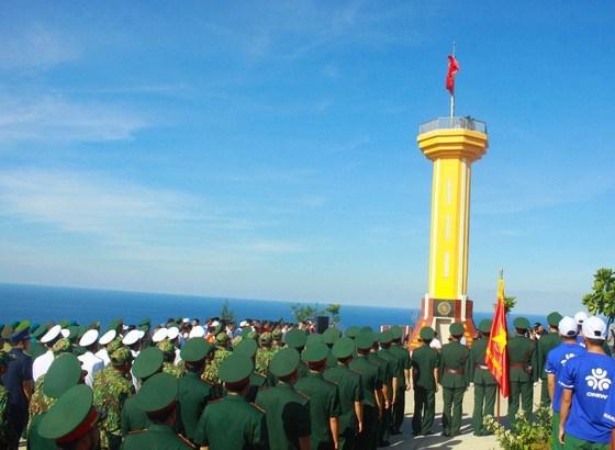 逾3500人参加在广义省李山岛泰来山上举行的升旗仪式 hinh anh 2