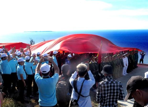 逾3500人参加在广义省李山岛泰来山上举行的升旗仪式 hinh anh 1