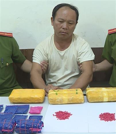 山罗省公安破获非法运输3万颗合成毒品的嫌疑人 hinh anh 1